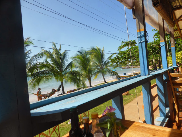 la piu' piccola delle due Corn Islands: islita.  Dal portico di un bar.
